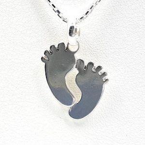 Colgante de plata con forma de pie