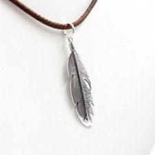 Colgante pluma en plata