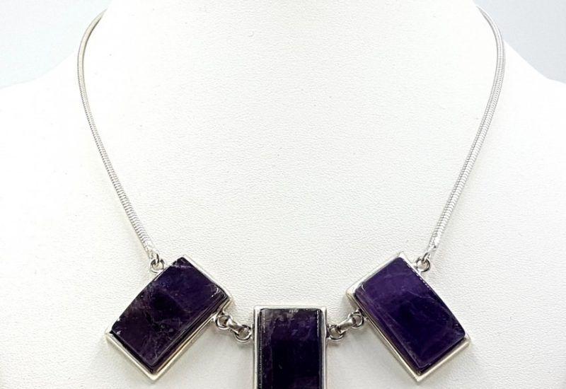 Collar de Cuarzo Amatista con forma rectangular fabricada en plata de ley