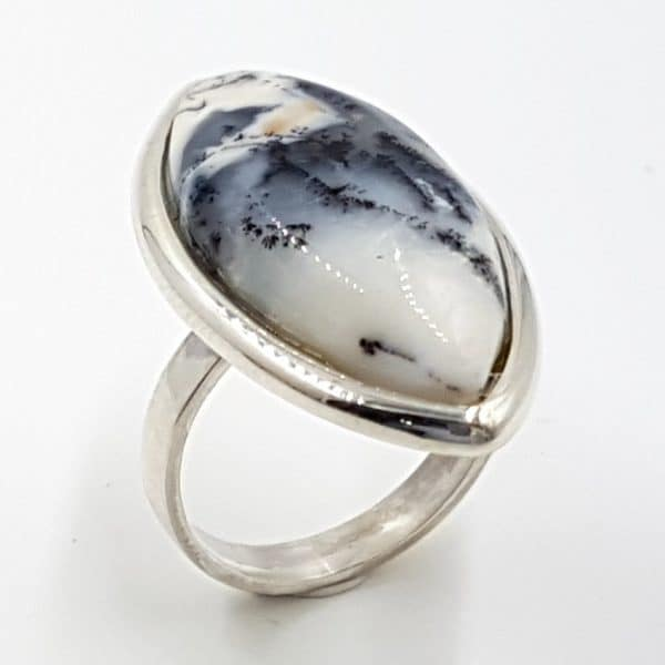 Anillo de ópalo dendrítico en plata, cabujón marquise
