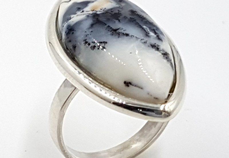 Anillo de ópalo dendrítico fabricado en plata – cabujón marquise