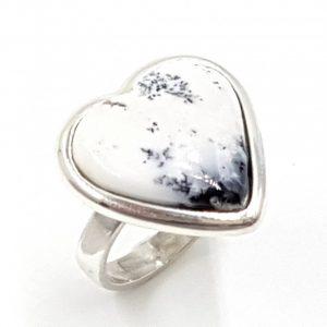 Anillo de ópalo dendrítico en plata, forma de corazón