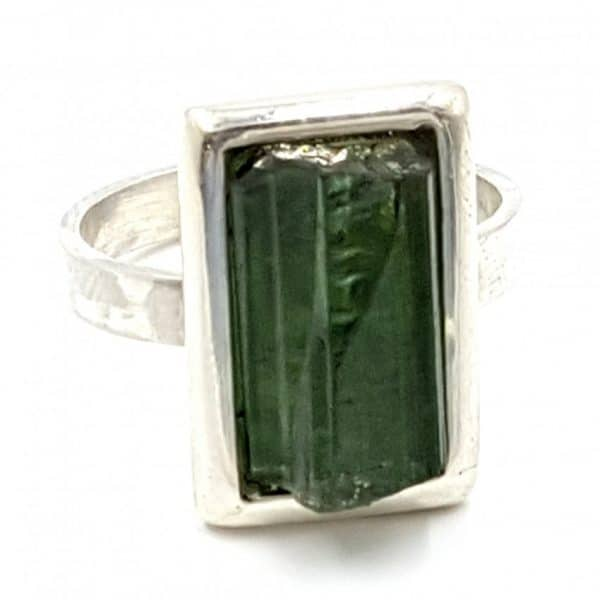 Anillo de turmalina verde (verdelita) en plata