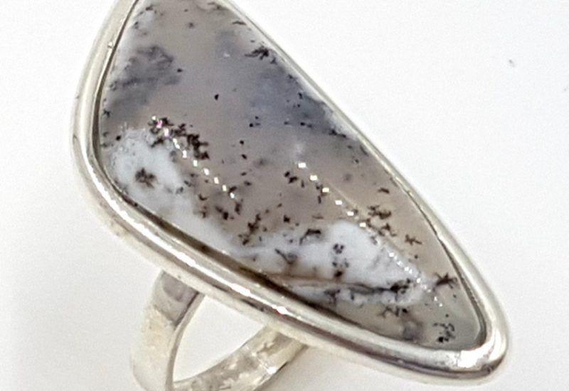 Anillo de ópalo dendrítico con forma irregular fabricado en plata