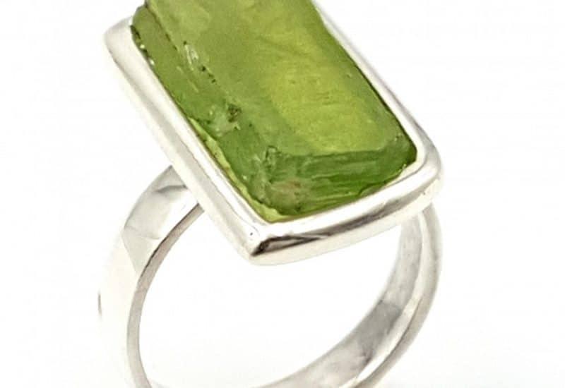 Anillo de Kuncita verde con forma irregular fabricado en plata de ley