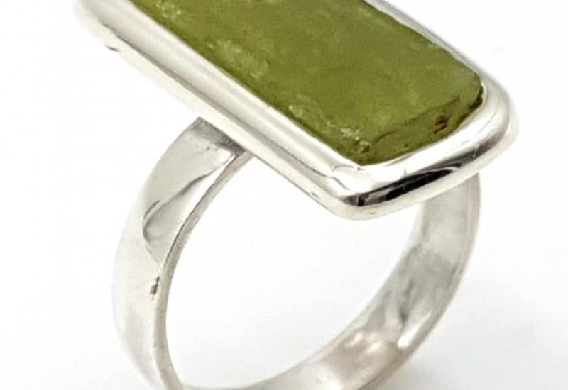 Anillo de Kuncita verde fabricado en plata- forma irregular