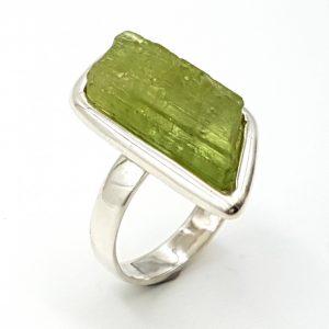 Anillo de kuncita verde con forma irregular en plata