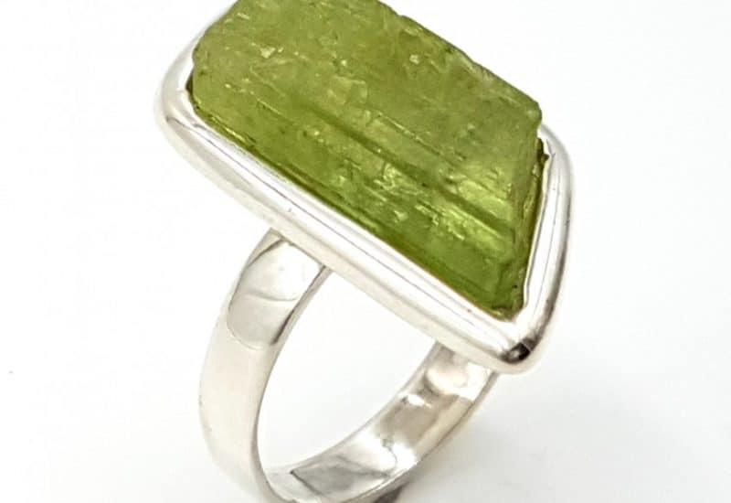 Anillo de Kuncita verde fabricado en plata de ley – forma irregular