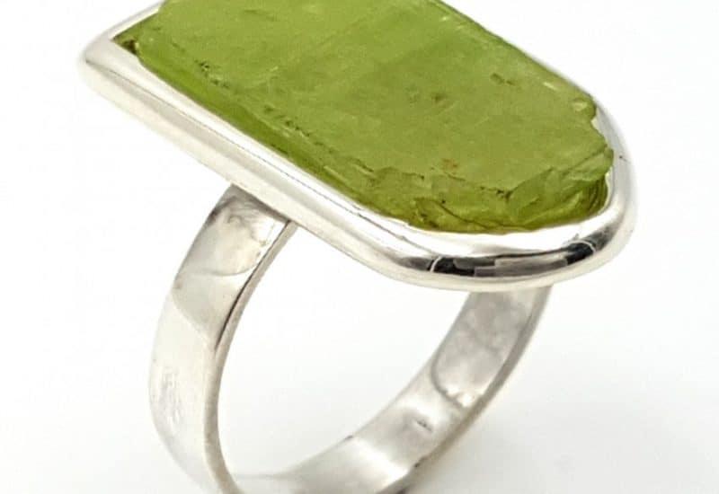 Anillo de Kuncita verde fabricado en plata