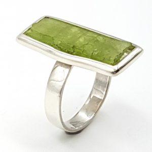 Anillo de kuncita verde con forma rectangular en plata