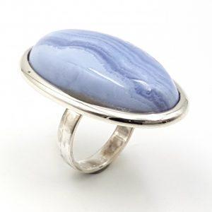 Anillo de calcedonia azul con forma oval en plata