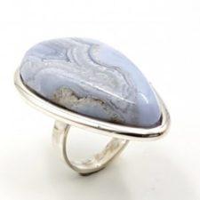 Anillo de calcedonia azul en plata, forma de gota