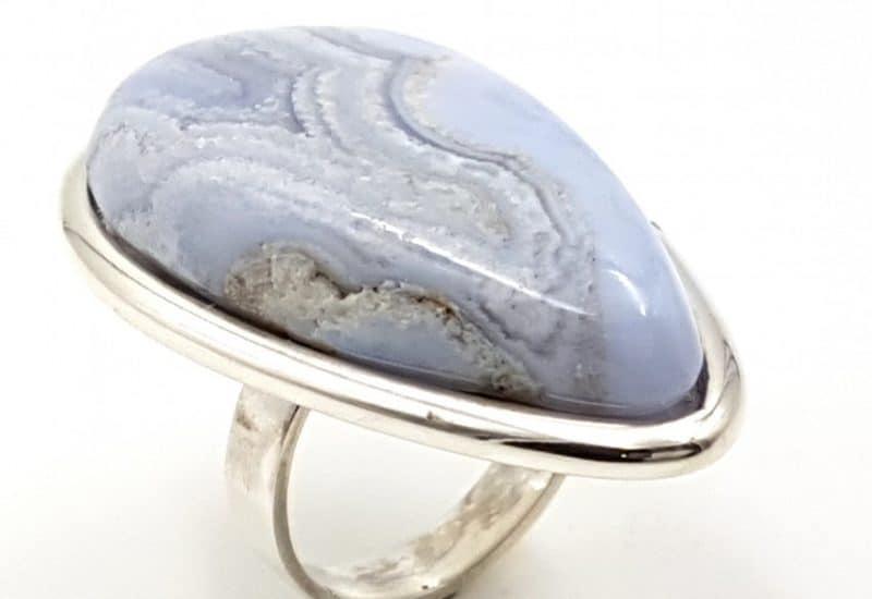 Anillo de Calcedonia Azul fabricado en plata de ley – gota