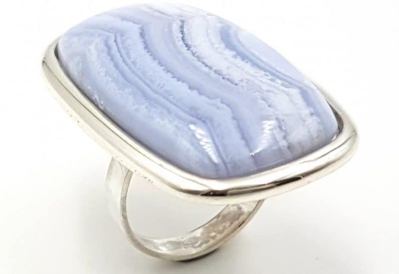 Anillo de Calcedonia Azul fabricado en plata de ley – forma rectangular
