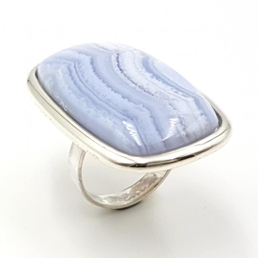 Anillo de calcedonia azul en plata, forma rectangular