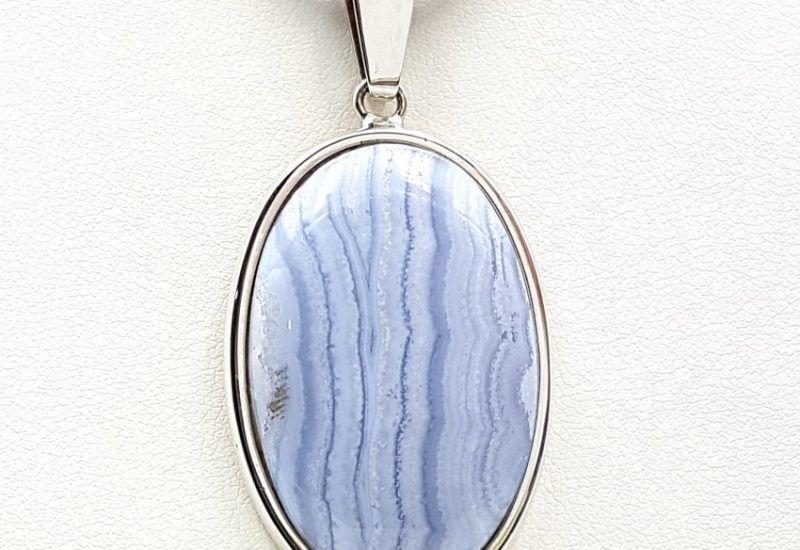 Colgante de Calcedonia Azul con forma oval fabricado en plata de ley