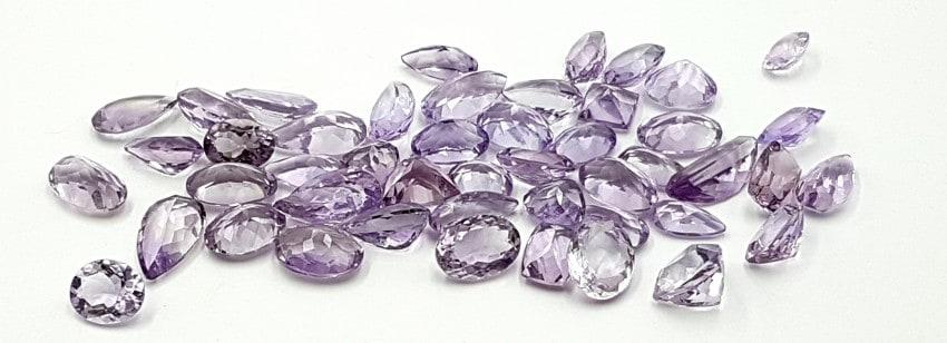 Piedras talladas de cuarzo amatista