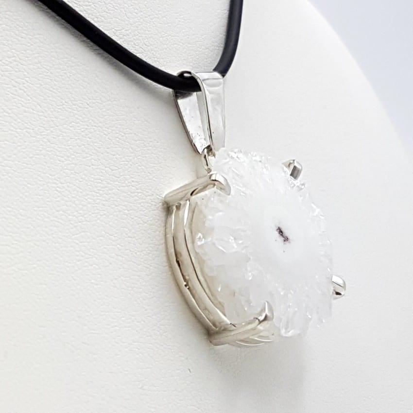 Colgante con flor de cuarzo y plata, forma irregular