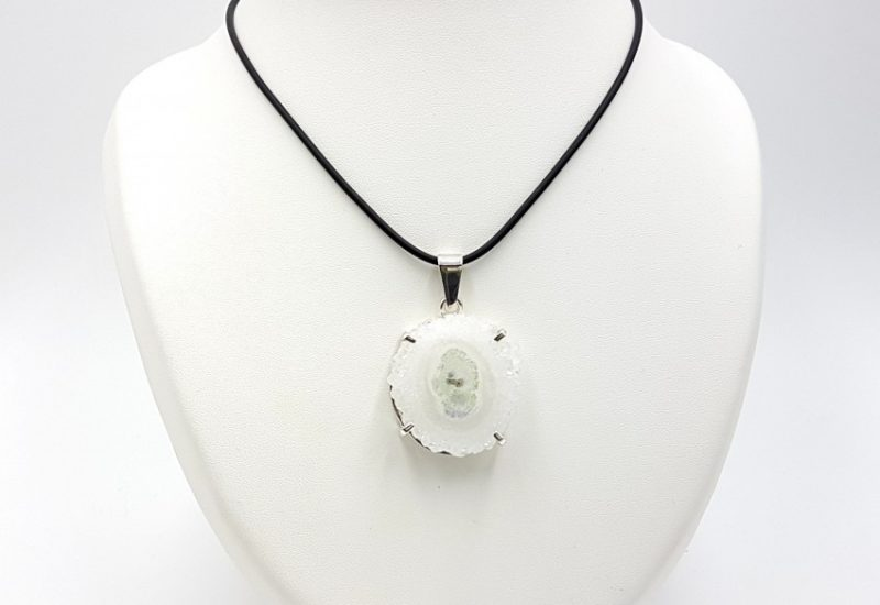 Colgante fabricado en plata con flor de cuarzo – forma irregular
