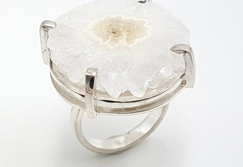 Anillo en plata de ley con flor de cuarzo – forma irregular