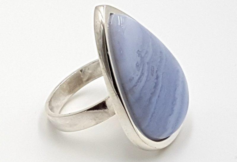Anillo fabricado en plata de ley y calcedonia azul – gota