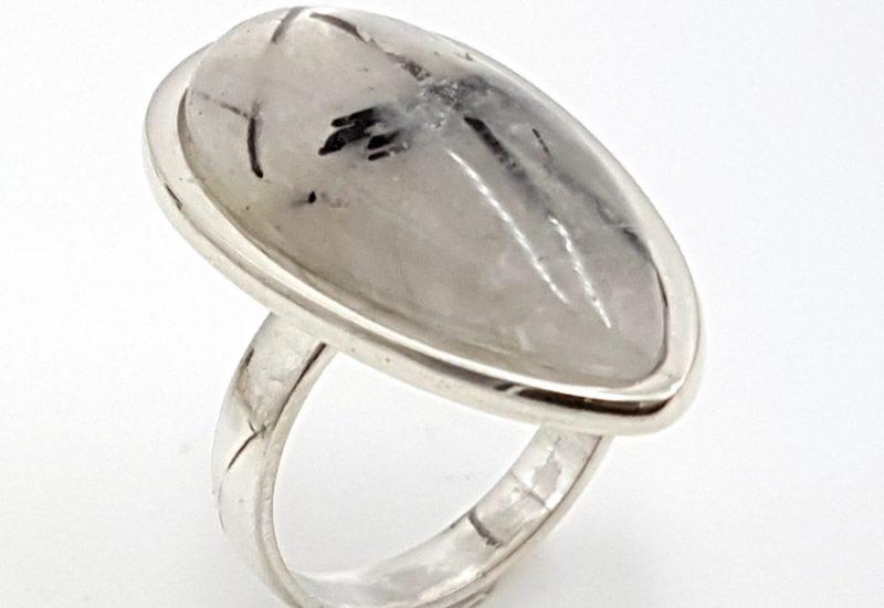 Anillo con Cuarzo Turmalinado fabricado en plata – gota