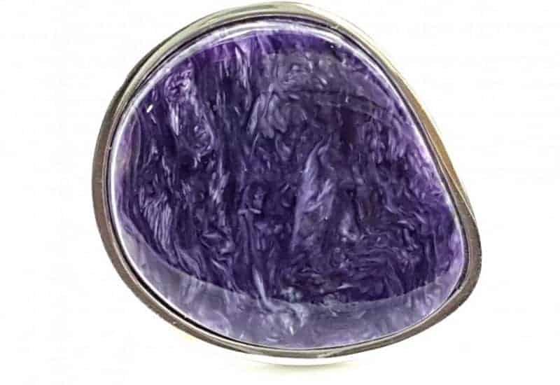 Anillo fabricado en plata de ley y Charoíta con forma irregular