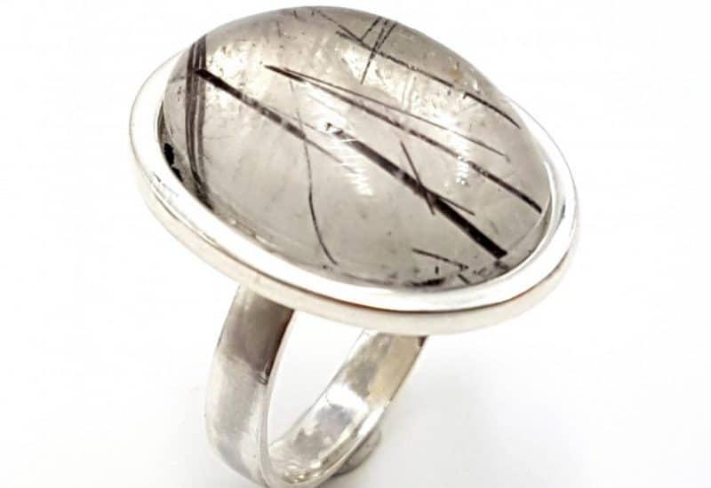 Anillo fabricado en plata de ley y Cuarzo Turmalinado – forma oval