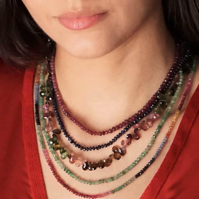 Collares de turmalina, esmeralda, rubí y zafiros