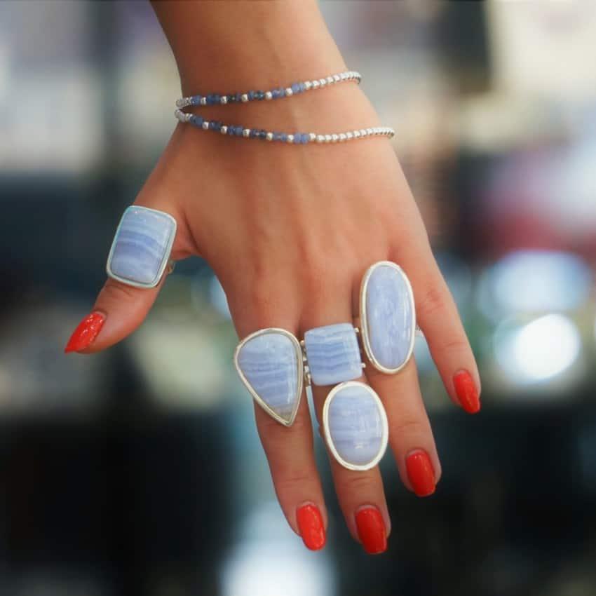 Anillos de calcedonia azul mostrado en la mano de una modelo
