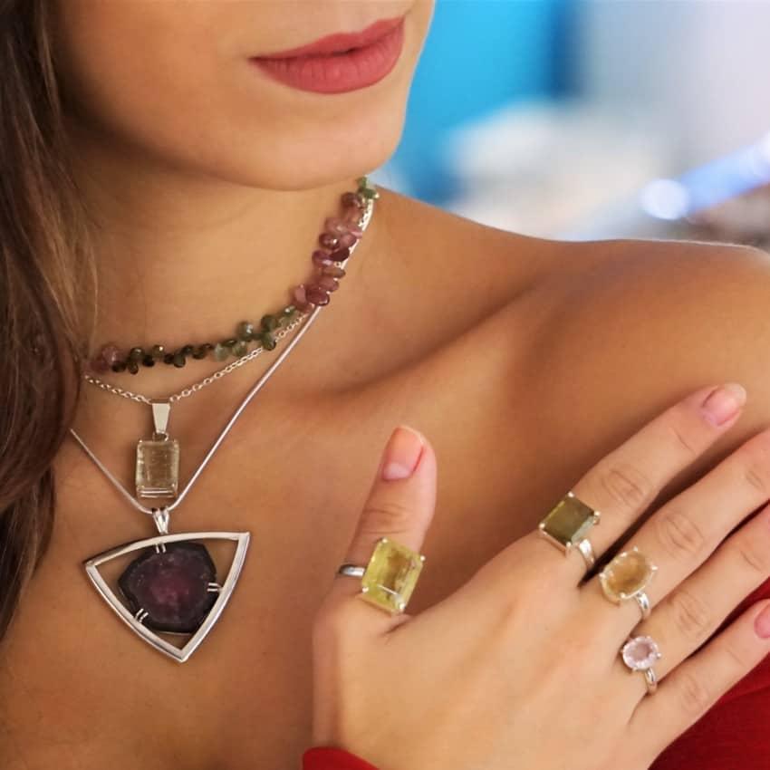 Joyas de Turmalina mostradas por modelo, anillos collar y colgantes