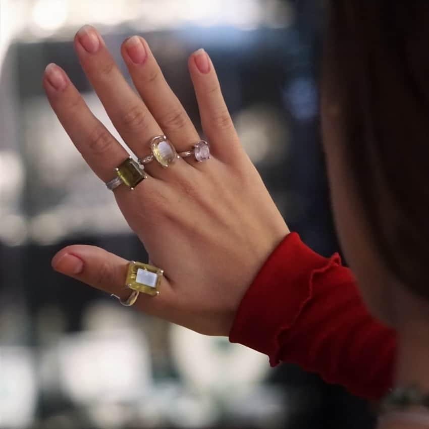 Mano llena de anillos de turmalina