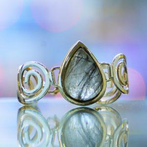 Pulsera con piedra de cuarzo con inclusiones de cristales de turmalina chorlo, ejemplo de joya realizada con esta preciosa gema.