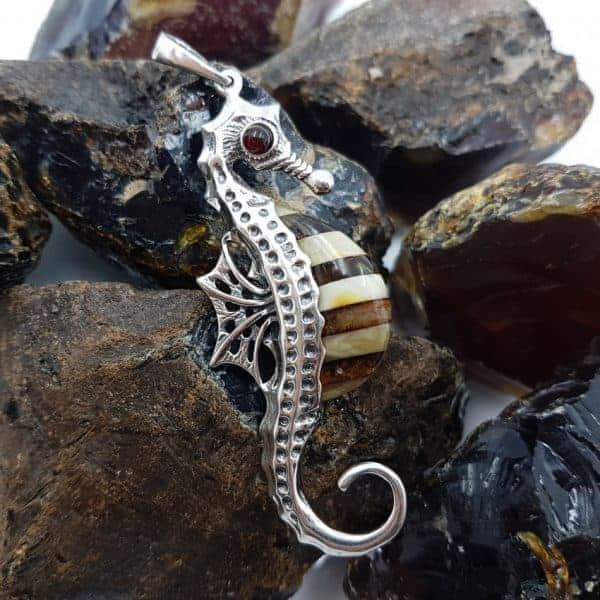 Colgante caballito de mar de ámbar y plata
