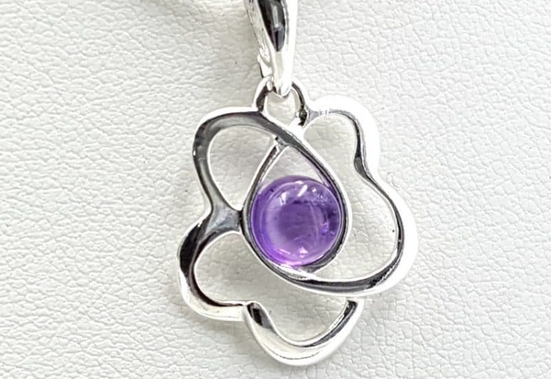 Colgante con forma de flor fabricado en plata y amatista