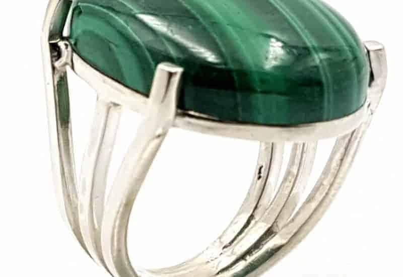 Anillo fabricado en plata con cabujón ovalado de Malaquita