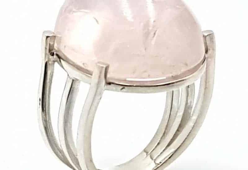 Anillo con Cuarzo Rosa fabricado en plata