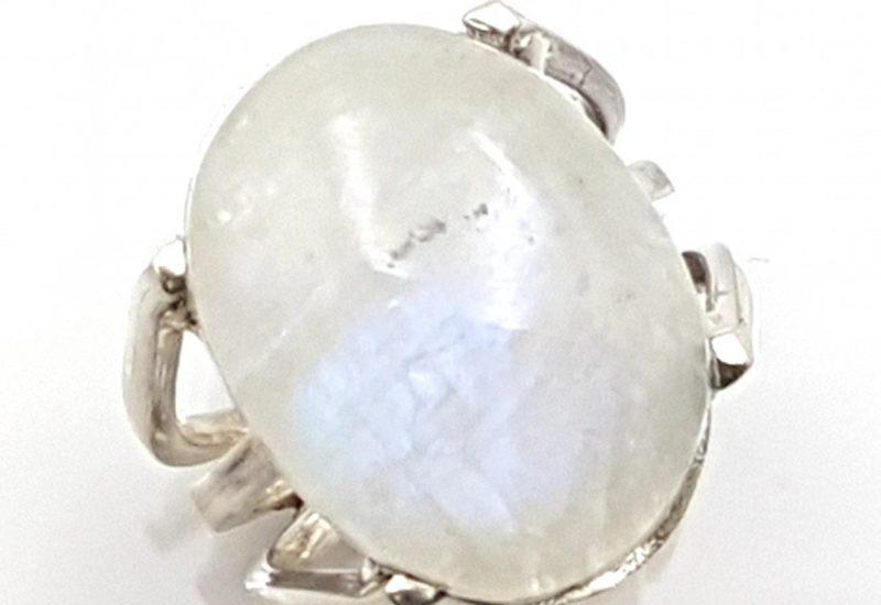 Anillo fabricado en plata con cabujón de Piedra luna