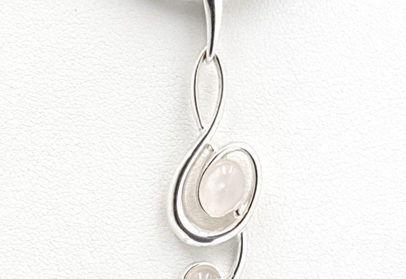 Colgante de Cuarzo Rosa fabricado en plata – clave de sol