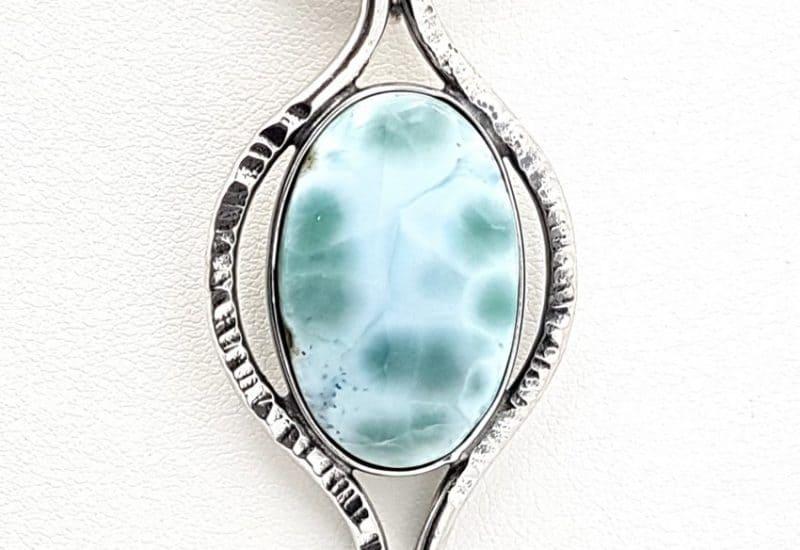 Colgante fabricado en plata con cabujón de Larimar – forma oval