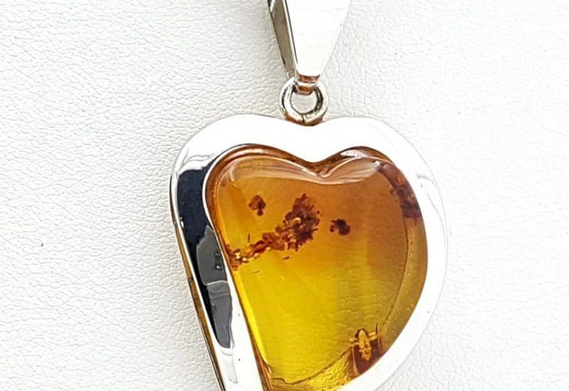Colgante fabricado en plata con Ámbar – forma de corazón