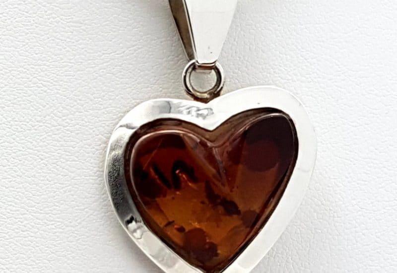 Colgante de Ámbar fabricado en plata – forma de corazón