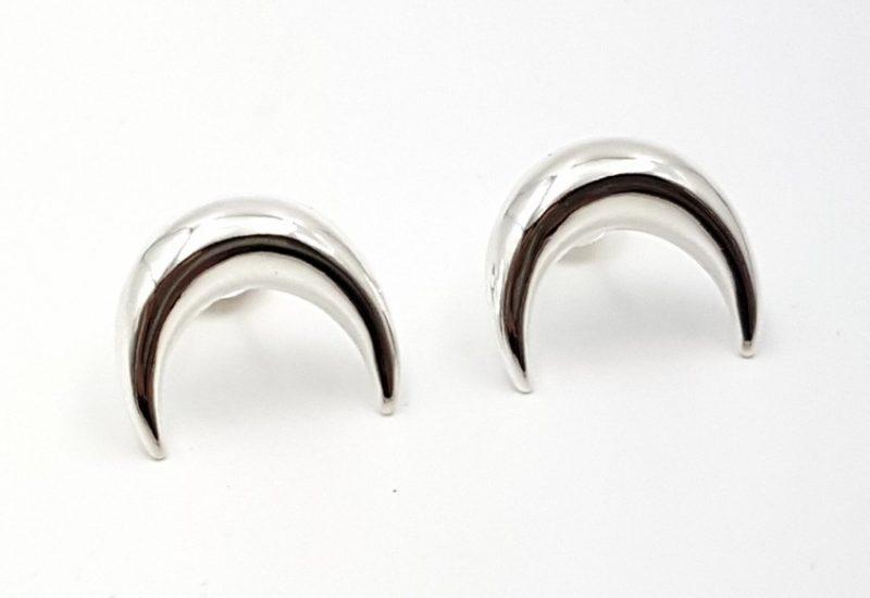 Pendientes con forma de media luna fabricados en plata