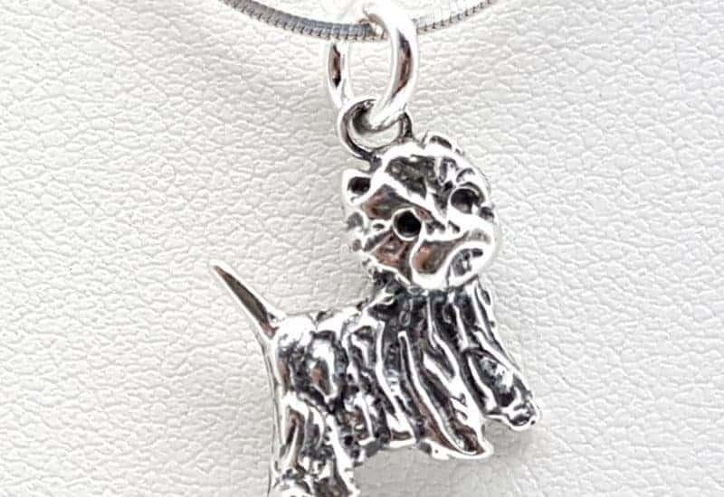 Colgante con forma de perro fabricado en plata