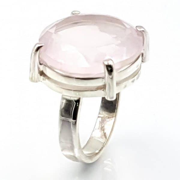 Anillo de cuarzo rosa facetado en plata