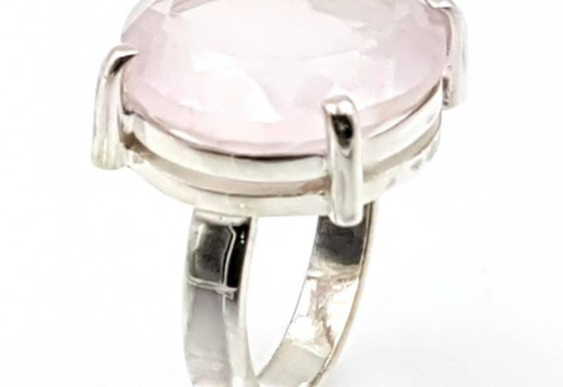 Anillo de Cuarzo Rosa facetado fabricado en plata