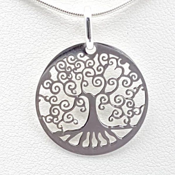 Colgante realizado en plata con el árbol de la vida