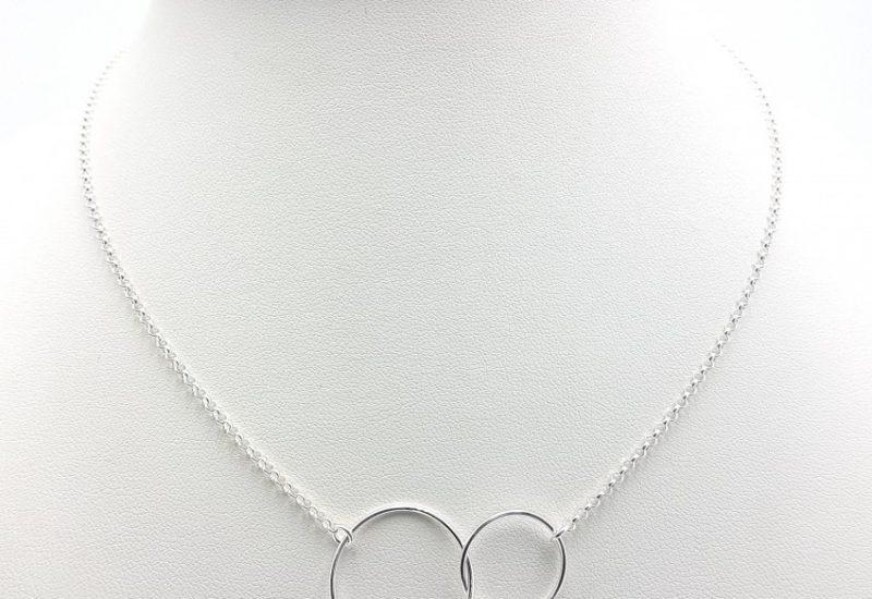 Colgante aros entrelazados y gargantilla fabricados en plata