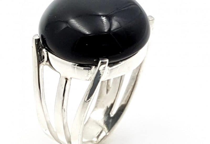 Anillo fabricado en plata de ley y Obsidiana