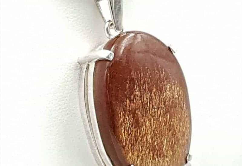 Colgante fabricado en plata con cabujón oval de Piedra Sol